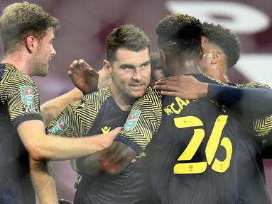 Penyerang Stoke City, Sam Vokes, merayakan gol yang dicetaknya ke gawang Aston Villa pada laga Piala Liga Inggris di Stoke City, Jumat (2/10/2020) dini hari WIB. Astoon Villa kalah 0-1 atas Stoke City. (AFP/Peter Powell/pool)