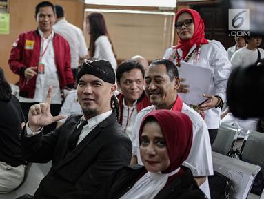 Musikus Ahmad Dhani berpose saat difoto awak media jelang mengikuti sidang kasus ujaran kebencian  di PN Jakarta Selatan, Senin (23/4). (Liputan6.com/Faizal Fanani)