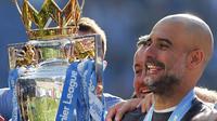 Manajer Manchester City Pep Guardiola mengangkat trofi Liga Inggris 2018-19. Manchester City mengalahkan Brighton 4-1 untuk memenangkan Liga Inggris musim ini. (Foto AP / Frank Augstein)