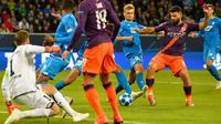 Sergio Aguero membobol gawang Hoffenheim. (AFP/Thomas Kienzle)