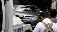 Dinas Perhubungan DKI Jakarta belum bisa meniadakan sepenuhnya parkir liar yang menjadi salah satu penyebab kemacetan di Ibu Kota berkali-kali parkir liar balik lagi ke bahu jalan, Jakarta Pusat, Rabu (7/1/2015). (Liputan6.com/Faizal Fanani)
