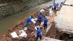 Suasana pembokaran dinding turap di saluran air kawasan Pancoran, Jakarta, Senin (28/1). Pembongkaran dilakukan untuk mengganti batu penahan turap guna mencegah kelongsoran selama musim hujan. (Liputan6.com/Immanuel Antonius)