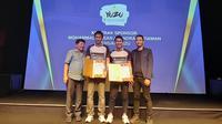 Ganda putra Indonesia, Mohammad Ahsan/Hendra Setiawan, meneken kerja sama sponsor dengan perusahaaan minuman, Yuzu, di Jakarta, Kamis (8/8/2019). (Bola.com/Yus Mei Sawitri)