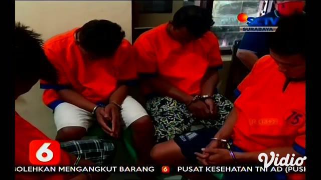 Pelaku pencurian pakan ternak ayam yang beraksi di Desa Wringinrejo, Kecamatan Gambiran, Banyuwangi, Jawa Timur pelaku berhasil ditangkap warga, kemudian diikat di sebuah pohon, warga kesal karena pakan ternak ayam yang dicuri jumlahnya 18 karung ber...