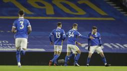 Para pemain Brighton and Hove Albion merayakan gol ke gawang Leicester City yang dicetak gelandang Adam Lallana (kanan) dalam laga lanjutan Liga Inggris 2020/21, Minggu (7/3/2021) di American Express Community Stadium. Brighton kalah 1-2 dari Leicester City. (AFP/Matt Dunham/Pool)