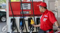 Nosel dan selang Pertalite RON 90 sudah terpasang di SPBU Coco, Abdul Muis, Jakarta, Rabu (22/7/2015). PT Pertamina (Persero) mulai memasarkan produk bensin baru yakni Pertalite RON 90 pada Jumat (24/7) mendatang. (Liputan6.com/Faizal Fanani)
