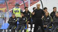 Aksi Manajer Manchester City, Josep Guardiola (tengah) saat memberi arahan ke anak asuhnya pada laga kontra Arsenal, di Stadiion Ullevi, Gothenburg, Swedia (7/8/2016). Efek kehadiran Guardiola dianggap belum menmbawa perubahan signifikan.  (AFP/Jonathan N