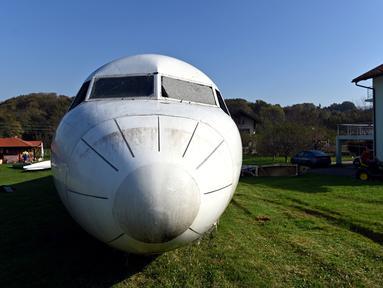 Badan pesawat Fokker-100 terlihat diparkir di halaman rumah warga setempat di Strmec Stubicki, dekat Zagreb, Kroasia, 26 Oktober 2019. Robert Sedlar (50) mengubahnya menjadi objek wisata di mana pesawat bisa disewakan untuk semua jenis acara dan pesta. (Denis LOVROVIC/AFP)