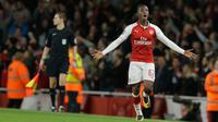 Pemain Arsenal Eddie Nketiah berselebrasi usai mencetak gol ke gawang Norwich City pada lanjutan Piala Liga Inggris di Emirates Stadium, Rabu (25/10). Pemain 18 tahun itu memborong gol Arsenal saat mengalahkan Norwich City 2-1. (AP/Alastair Grant)