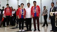 Juara Dunia Bulutangkis Ganda campuran Indonesia, Tontowi Ahmad dan Liliyana Natsir mendapat sambutan dari Ketua Umum PBSI, Wiranto saat tiba di Bandara Soekarno-Hatta, Cengkareng (29/8/2017).  (Bola.com/Nicklas Hanoatubun)