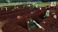 Petugas menggali makan khusus jenazah dengan protokol COVID-19 di TPU Bambu Apus, Jakarta, Jumat (22/1/2021). Sejak dibuka Kamis (21/1) kemarin hingga hari ini, tercatat sekitar 35 jenazah dimakamkan dengan protokol COVID-19 di TPU Bambu Apus. (Liputan6.com/Helmi Fithriansyah)