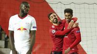 Penyerang Manchester United, Marcus Rashford, melakukan selebrasi bersama Bruno Fernandes usai mencetak gol ke gawang RB Leipzig pada laga Liga Champions di Stadion Old Trafford, Kamis (29/10/2020). MU menang dengan skor 5-0. (AP/Dave Thompson)