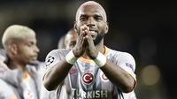 Gelandang Ajax, Ryan Babel, tak ingin menutup peluang untuk bermain di Indonesia pada masa depan nanti. (AFP/Kenzo Tribouillard)