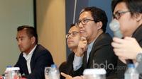Wakil Ketua Umum PSSI, Joko Driyono (2kanan) saat mendampingi Delegasi FIFA terkait pemberian bantuan FIFA sebesar USD 13,500,000.- di Kantor PSSI, Jakarta, Minggu (19/2/2017). (Bola.com/Nicklas Hanoatubun)