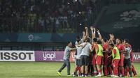 Para pemain Indonesia merayakan kemenangan atas Chinese Taipei pada laga Grup A Asian Games di Stadion Patriot, Bekasi, Minggu (12/8/2018). Indonesia menang 4-0 atas Chinese Taipei. (Bola.com/Vitalis Yogi Trisna)