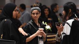 Sejumlah wanita berbincang saat menghadiri upacara pembukaan Arab Fashion Week di hotel Ritz Carlton di Riyadh (10/4). Lebih dari 13 perancang busana ambil bagian dalam acara ini. AFP Photo/Fayez Nureldine)