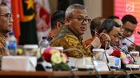 Ketua KPU Arief Budiman saat mengikuti Rapat Pleno di Gedung, KPU, Jakarta, Senin (8/4). Rapat pleno tersebut membahas Rekapitulasi Daftar Pemilih Pemilu 2019 pasca-putusan Mahkamah Konstitusi (MK). (Liputan6.com/Johan Tallo)