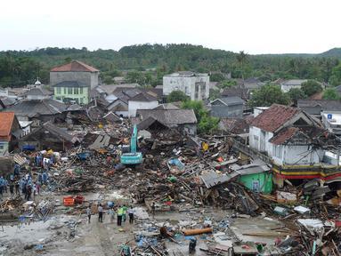 Pemandangan dari udara kawasan pemukiman nelayan di Kampung Sumur Pesisir, Pandeglang, Banten, Selasa (24/12). Sumur menjadi kawasan terparah yang terkena dampak tsunami Selat Sunda. (Merdeka.com/Arie Basuki)