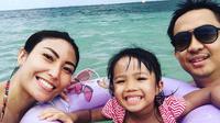 Ayu Dewi bersama anak dan suami (Instagram)