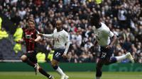 Gelandang Tottenham Hotspur, Victor Wanyama (kanan) kala menjebol gawang Huddersfield dalam lanjutan Liga Inggris di Tottenham Hotspur Stadium, London, Sabtu 13 April 2019. (AP Photo/Frank Augstein)