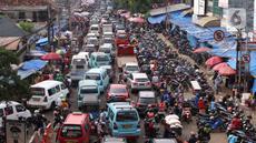 Suasana kendaraan yang terjebak kemacetan di Pasar Kebayoran Lama, Jakarta, Jumat (22/5/2020). Meski DKI Jakarta tengah memberlakukan PSBB, masih banyak masyarakt yang menyerbu Pasar Kebayoran Lama untuk berbelanja kebutuhan Lebaran. (Liputan6.con/Angga Yuniar)