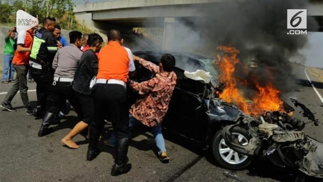 Gubernur DKI Jakarta Anies Baswedan membantu proses evakuasi sebuah mobil yang mengalami kecelakaan di KM 136 jalan tol Cipali pada Sabtu (6/10).