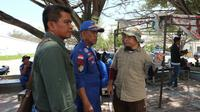 Ka Satgas Operasi Penyelamatan Buaya Berkalung Ban, Haruna Hamma (paling kanan) saat memantau operasi di Muara Sungai Palu, Kamis (6/2/2020). (Liputan6.com/ Heri susanto)