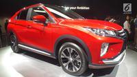 Mitsubishi Motors Corporation memajang Mitsubishi Eclipse Cross pada ajang Tokyo Motor Show ke-45 di Tokyo Big Sight, Jepang, Rabu (25/10). Eclipse Cross adalah kendaraan SUV kompak yang memadukan karakter mobil coupe. (Liputan6.com/Edu Krisnadefa)