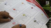 Perwakilan partai politik memvalidasi dan menandatangani persetujuan surat suara pemilihan Presiden dan Wakil Presiden serta anggota DPR RI pemilu 2019 di Jakarta, Jumat (4/1). (Liputan6.com/Helmi Fithriansyah)