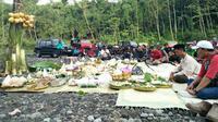 Kenduri Merapi dilakukan sebagai ungkapan syukur atas berkah yang diberikan Gunung Merapi kepada masyarakat sekitar. Foto: Yanuar H/ Liputan6.com.