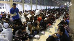 Panitia membagikan paket makanan kepada jemaah yang ingin buka puasa di Masjid Istiqlal, Jakarta, Kamis (17/5). Anggaran untuk menyiapkan takjil gratis selama Ramadan di Istiqlal mencapai sekitar Rp 2,5 miliar. (Liputan6.com/Arya Manggala)