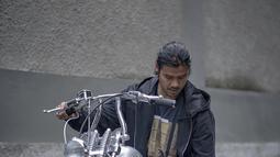 Duta FFI 2019 ini selalu punya 'me time' dengan motor-motor kesayangannya. Ia mengaku mengenarai motor bukan untuk balapan di jalan tapi hanya untuk menikmati dan kumpul bersama teman-teman. Artis 35 tahun ini juga kerap mengunggah posenya bersama moge di Instagram.(Liputan6.com/IG/@chicco.jerikho)