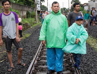 Antusiasme Warga Saksikan Evakuasi KRL Anjlok di Bogor