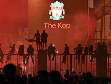 Fans Liverpool Rayakan Trofi Juara Premier League di Area Stadion Anfield