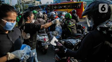 Relawan Bagi-Bagi Masker ke Pengguna Jalan