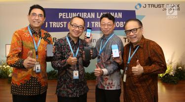 Dirut PT Bank JTrust Indonesia Tbk. (J Trust Bank) Ritsuo Fukadai (kedua kiri) bersama jajaran direksi Felix I. Hartadi, Helmi A. Hidayat dan Cho Won June, meluncurkan J Trust NET Individual dan J Trust Mobile di Jakarta, Rabu (21/8/2019). (Liputan6.com/HO/Ady)