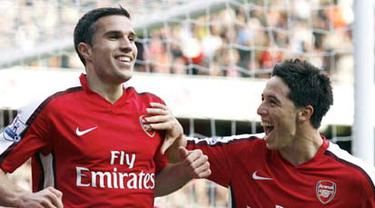 Arsenal's Robin Van Persie celebrates scoring the second goal with teammate, Samir Nasri during their Premier League match against Everton at Emirates Stadium, on October 18, 2008. AFP PHOTO/Glyn Kirk