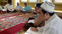 Suasana tadarus penghuni Unit Pelaksana Teknis (UPT) Rehabilitasi Sosial Cacat Netra Dinas Sosial Jawa Timur di Kota Malang, Rabu (8/6/2016). (Liputan6.com/Zainul Arifin)
