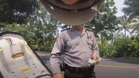 Oknum polisi diduga memeras seorang turis asal Jepang (Dok.YouTube/Style Kenji)