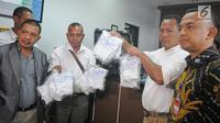 Petugas kepolisian Negara Republik Demokratik Timor Leste (RDTL) menunjukkan sampel prekursor ke Laboratorium Narkotik BNN di Jakarta, Jumat (9/2). Penyerahan sampel prekursor guna mengetahui kandungan dari bahan tersebut. (Liputan6.com/Herman Zakharia)