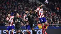 Bek Atletico Madrid, Sime Vrsaljko, berebut bola dengan gelandang Liverpool, Roberto Firmino, pada leg pertama 16 besar Liga Champions di Stadion Wanda Metropolitano, Madrid, Rabu (19/2) dini hari WIB. Atletico menang 1-0 atas Liverpool. (AFP/Javier Soranio)