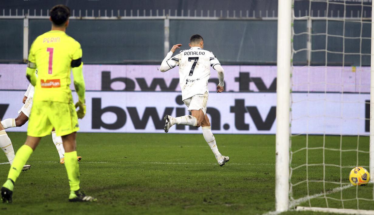 Pemain Juventus Cristiano Ronaldo mencetak gol ke gawang Genoa pada pertandingan Serie A Italia di Stadion Luigi Ferraris, Genoa, Italia, Minggu (13/12/2020). Juventus menang 3-1, Ronaldo mencetak dua gol. (Tano Pecoraro/LaPresse via AP)