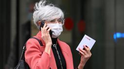 Olga Tubau, anggota tim pengacara Josep Maria Bartomeu. Josep Maria Bartomeu hanya ditahan satu malam dan langsung dilepaskan pada Selasa pagi (2/3/2021) bersama mantan penasehat pribadinya, Jaume Masferrer berkat tim pengacaranya yang membayarkan uang jaminan. (AFP/Lluis Gene)