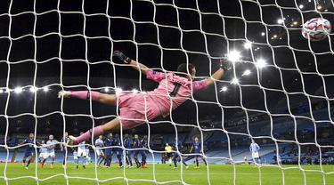 Kiper FC Porto, Agustin Marchesin, gagal menghalau bola tendangan gelandang Manchester City, Ilkay Gundogan, pada laga Liga Champions di Stadion  Etihad, Kamis (22/10/2020). City menang dengan skor 3-1. (Paul Ellis/PA via AP)
