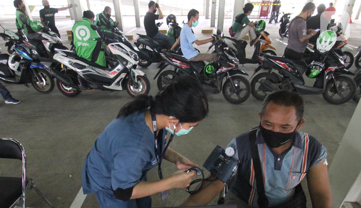 Mitra Gojek melakukan vaksinasi di sentra vaksinasi Indonesia Bangkit Rumah Sakit UI, Depok, Rabu (02/06/2021). Vaksinasi yang merupakan kerjasama dengan Pemerintah Kota Depok, Dinas Perhubungan, Dinas Kesehatan dan Rumah Sakit UI dan XL Axiata melibatkan ratusan mitra Gojek. (Liputan6.com/HO/Ading)