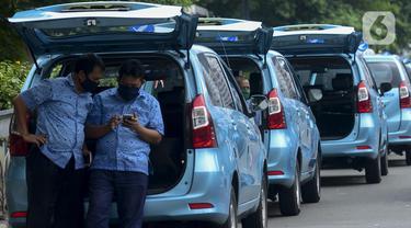 Sopir taksi menunggu penumpang di kawasan Jalan Jenderal Sudirman, Jakarta, Jumat (1/5/2020). Para pengemudi taksi mengaku sulit mendapatkan penumpang di tengah penerapan Pembatasan Sosial Berskala Besar (PSBB) akibat pandemi COVID-19. (merdeka.com/Imam Buhori)