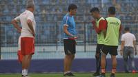 Asisten pelatih Arema FC, Milan Petrovic (dua dari kiri), pada sesi latihan di Stadion Kanjuruhan. (Liputan6.com/Rana Adwa)