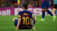 Lionel Messi mengalami cedera pangkal paha saat Barcelona menang 2-1 atas Villarreal pada laga pekan keenam La Liga Spanyol, di Camp Nou, Selasa (24/9/2019) malam waktu setempat. (AFP/Lluis Gene)
