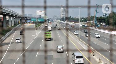 Kendaraan melintasi ruas Jalan Tol Jakarta-Cikampek di kawasan Bekasi, Jawa Barat, Rabu (1/4/2020). Badan Pengatur Jalan Tol (BPJT) mencatat adanya penurunan volume kendaraan mencapai 40-50 persen akibat pandemi virus corona COVID-19. (merdeka.com/Iqbal S. Nugroho)