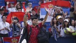 Petenis Serbia, Novak Djokovic melambaikan tangan ke penonton setelah kalah dari Petenis Yunani, Stefanos Tsitsipas pada perempat final tunggal putra tenis Shanghai Masters di Shanghai, China (11/10/2019). Tsitsipas menang 3-6, 7-5, 6-3 atas Djokovic. (AP Photo/Andy Wong)